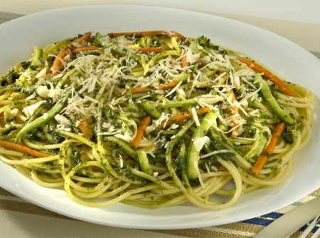 Espaguete ao Pesto de Manjericão com Legumes Sauté