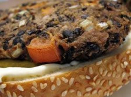 Hambúrguer vegetariano de feijão preto | Isabela Kost