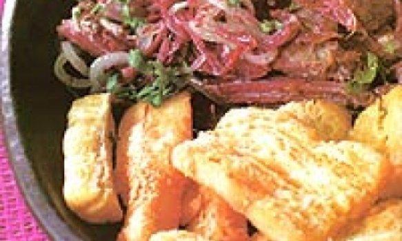 Carne-de-sol desfiada com farofa de cuscuz e mandioca frita