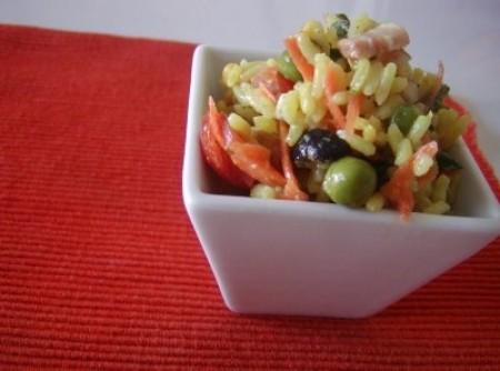 Salada de arroz amarelo