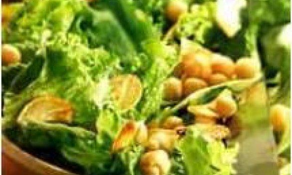 Salada de grão de bico,folhas verdes e alho