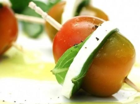 Aperitivo de tomate com queijo