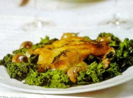 Frango ao forno com alecrim, sal grosso e alho