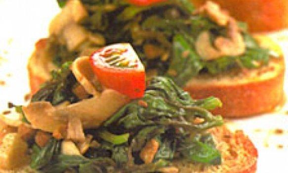 Espinafre salteado com cogumelos, alho e bacon