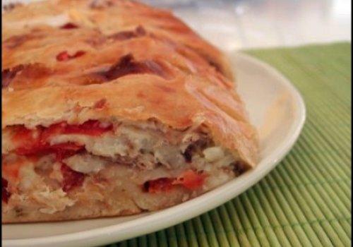 Pão de mandioca com recheio de frango e tomate seco