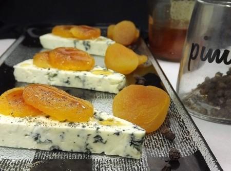 Gorgonzola com damascos ao mel e pimenta