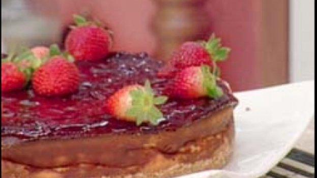 Torta Cremosa de Queijo com Geleia de Morangos