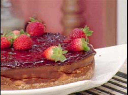 Torta Cremosa de Queijo com Geléia de Morangos