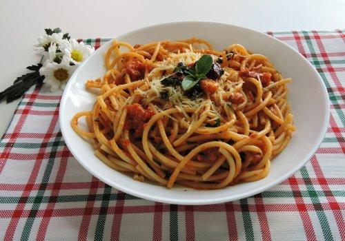 Espaguete ao Molho Vermelho e Pesto de Manjericão