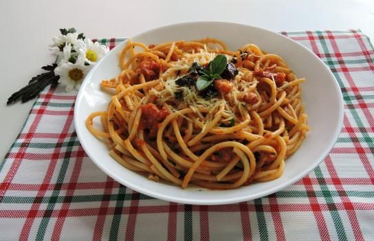 Espaguete ao Molho Vermelho e Pesto de Manjericão | Abima Associação Brasileira Massas Alimen