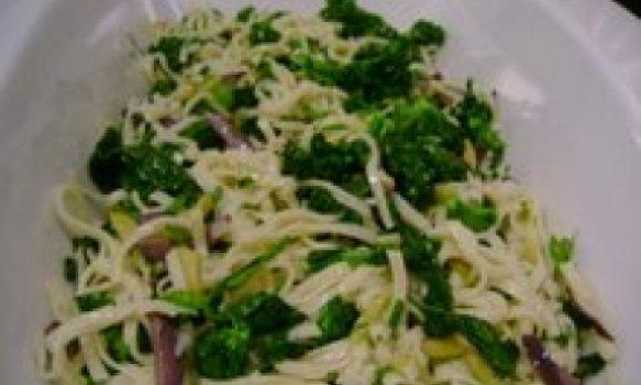 Fettuccine frio com brocolis e azeitonas
