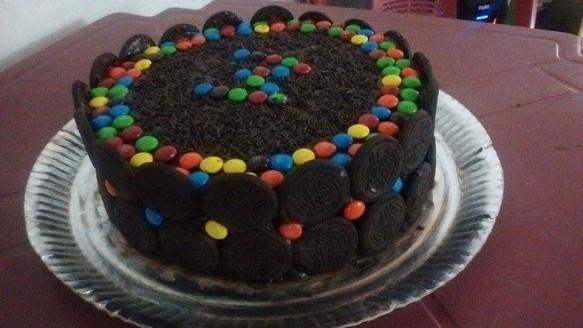 Torta de Chocolate com Confeitos e Biscoito