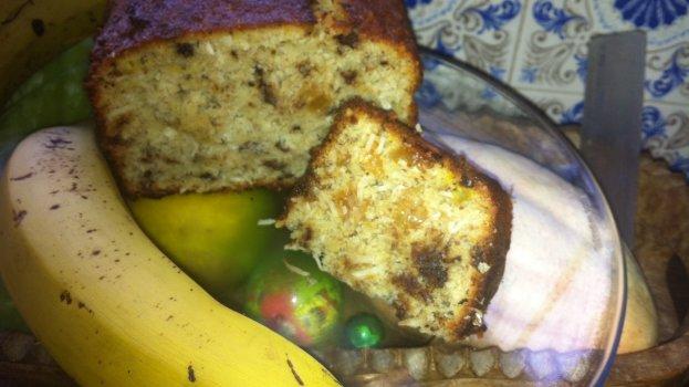 Bolo de banana com coco, passas e amêndoas