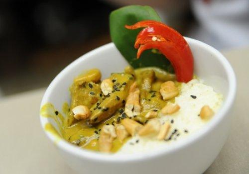 Tirinhas de frango em molho de curry amarelo, ervilha torta e arroz jasmim