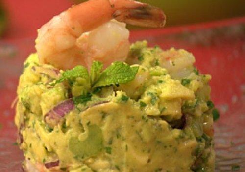 Salada de camarão com abacate e hortelã