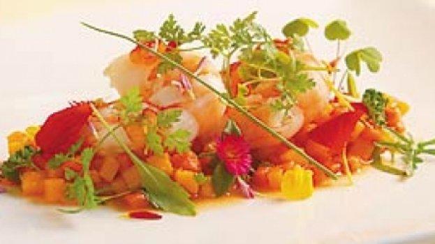 salada de papaia, manga e camarão