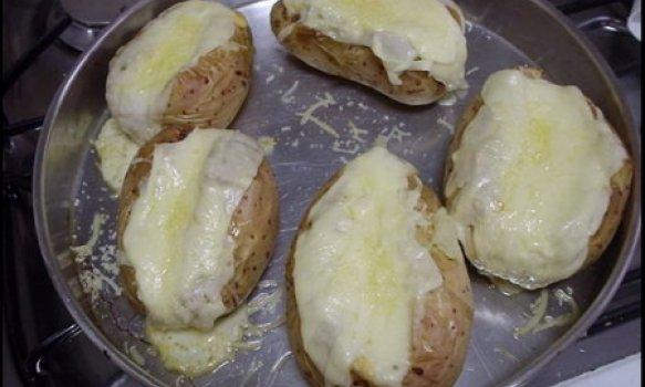 Batatas Recheadas com Requeijão e Azeitonas
