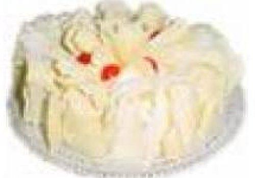 Recheio mousse de chocolate branco com cerejas e cobertura de leite em pó