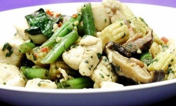 Frango light com legumes e manjericão