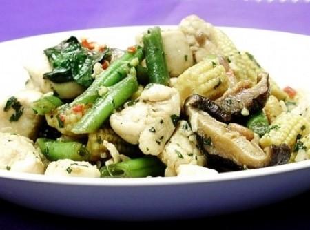 Frango light com legumes e manjericão | Genildo Amaral