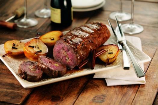 Filé Mignon Recheado com Bacon e Gorgonzola, acompanhado de Peras Carameladas | Kitano