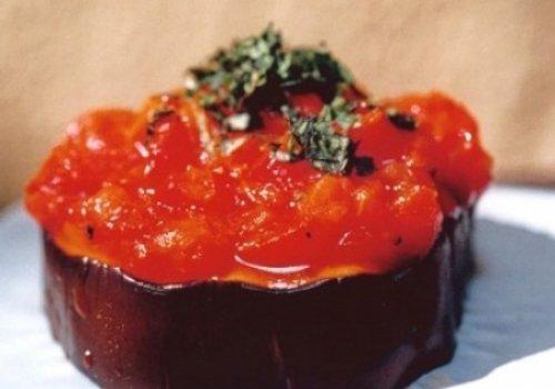 beringela em rodelas com pasta de pimentão