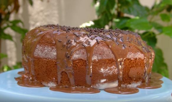 Bolo de Chocolate com Brigadeiro Quente