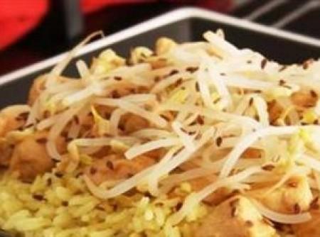 Arroz com frango e broto de feijão | Leila Corrêa França