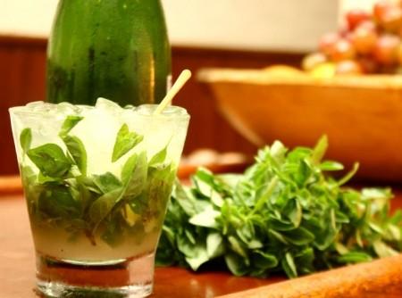 Caipirinha de Saquê com Limão e Manjericão