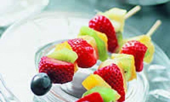 Espetadas de frutas com gelado
