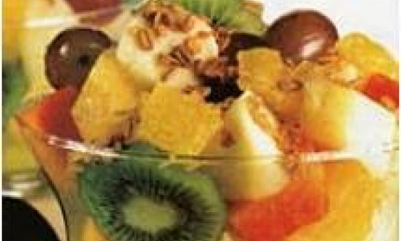 Salada de frutas com granola e caldo de cana