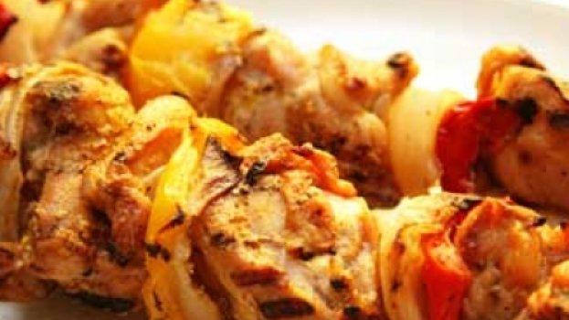 Espetinho de frango com macarrão de claras