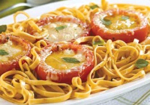 Macarrão com Tomates Recheados de Queijo