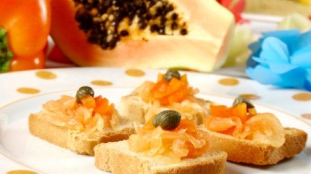 Canapés de papaya verde e pimentões