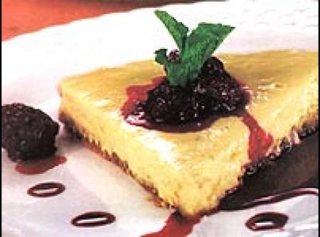 Cheesecake light de abacaxi com calda de amora