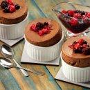Suflê de Chocolate com Calda de Frutas Vermelhas