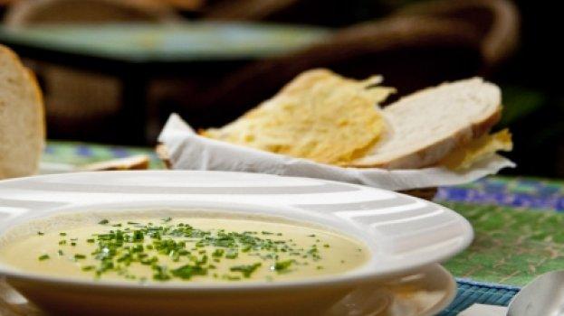 Sopa de batatas e alho-poró