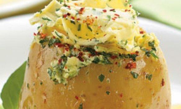 Batata recheada com manteiga e salsa
