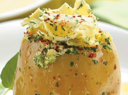 Batata recheada com manteiga e salsa | flavia