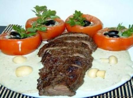 Filé Mignon ao Molho Gorgonzola e Tomates Recheados