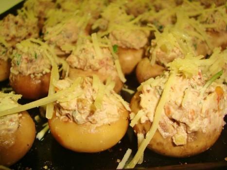 Cogumelos Paris Recheados com Creme de Cream Cheese Nozes, Tomate Seco, Cebolinha e Parmesão