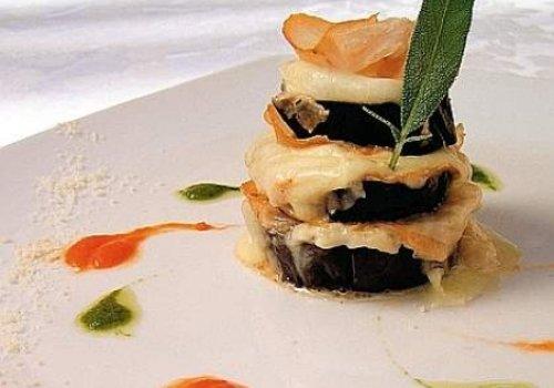 Parmegiana de berinjela com creme de peixe-espada