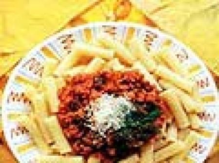 Rigatoni com Molho de Tomate e Lingüiça Apimentada