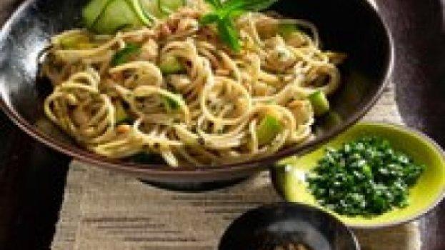 Espaguete Oriental com Lombo e Castanha de Caju