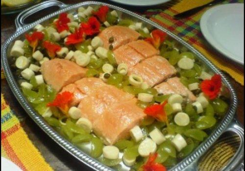 Saumon com uvas, palmito e alcaparras