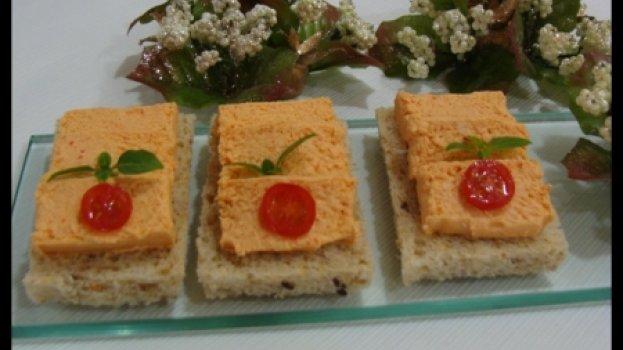 Canapés com mousse de salmão com pimentão