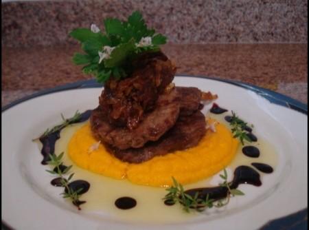 Escalope de contrafilé com creme de cenoura, cebola caramelizada ao molho de malbec e azeite