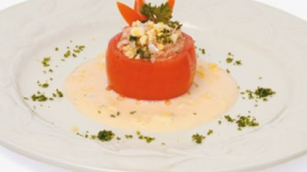 Tomate recheado de arroz com atum com maionese e suco de laranja