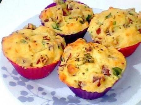 Muffins de Linguiça, Queijo e Azeitonas Pretas
