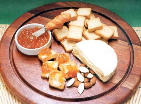 Aperitivo de Queijo Brie com Damasco